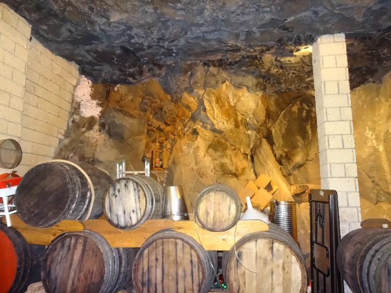 großer Gastraum mit Höhlenambiente