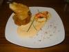 Steinpilz-Teigtasche mit Garnelen und Käsesauce